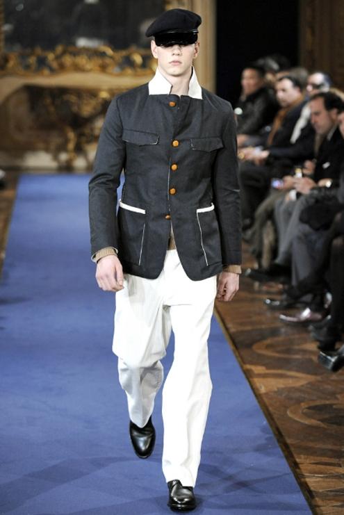 Alexander McQueen FW2011 01.jpg