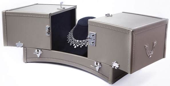 moynat,moynat paris,sac,bag,femme,woman,réjane,rejane,saddle,paradis,valise,limousine,rejane clutch,rejane pochette,malletier,sacs,maroquinerie,trunks,trunk,luxe,luxury,pauline moynat,story,ramesh nair,directeur,artistique,art,direction,faubourg saint honoré,malle,malles,élégance,leather,artisanat,artisan,moynat gallery,landmark,hong kong,asia,mall,chaumet,necklace,collier,lvmh,joaillerie,jewelry,jewellery,splendor