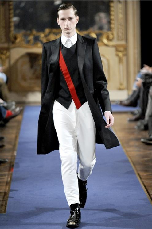Alexander McQueen FW2011 04.jpg