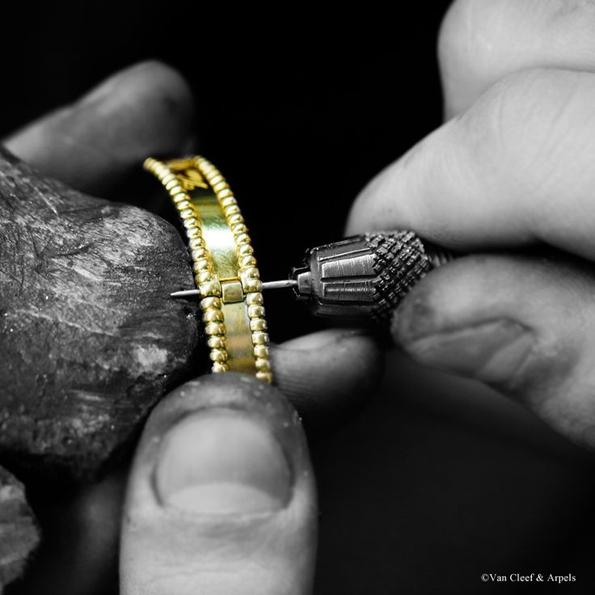 van cleef and arpels,van cleef,joaillerie,jewellery,jewelry,fine jewellery,haute joaillerie,collection perlée,perlée,perle,perle d'or,gold,or,pearl,place vendôme,paris,french,france,savoir faire,know how,héritage,artisans,craftmen,atelier,joaillier,sertissage,alhambra,twist