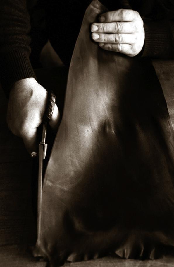 guerlain,parfumeur,créateur,ganterie agnelle,agnelle,gants,gloves,luxe,luxury,fashion,collaboration,creation,gants parfumés,sophie grégoire,la petite robe noire,shalimar,france,french,parfum,perfume,senteur,fragrance,champs-élysées