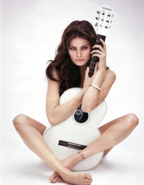 Isabelli Fontana + guitare chanel.jpg