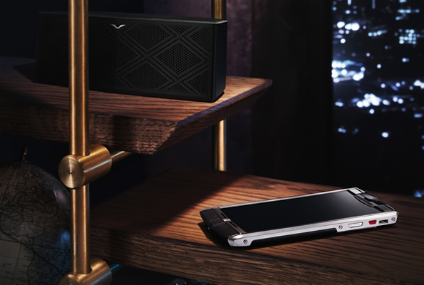 vertu,luxury,luxe,smartphone,téléphone portable,vertu signature,vertu constellation,constellation,vertu ti,personnalisation,sur mesure,made to order,monogram,service,services,mode,fashion,tendances,trends,chic,geek,handmade,fait main,cuir,leather,gamme audio,bang & olufsen,casque hp1v,casque,hp1v,headphones,helmet,haut parleur,sp1v,audio speaker,speaker,speaker wireless,enceinte sans fil,enceinte audio,enceinte